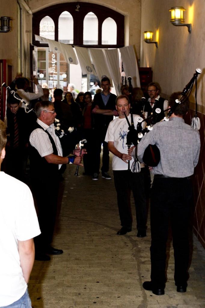 Es begann zünftig mit einer Musikeinlage durch den Schulleiter Andreas Keimer-Nielsen
